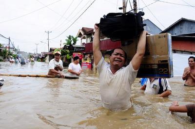 Foto wanita di banjir manado 72