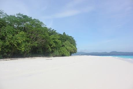 pantai pasir putih pulau molana