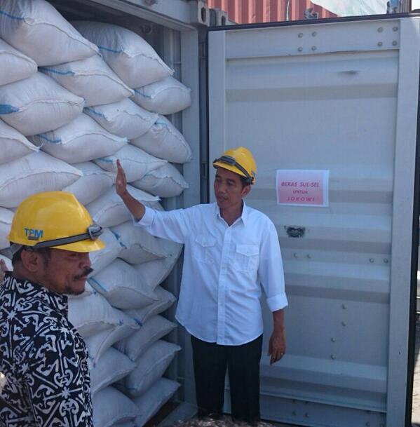 Syahrul Yasin Limpo dan Jokowi meninjau konteiner beras di Pelabuhan peti kemas Makassar. [istw]